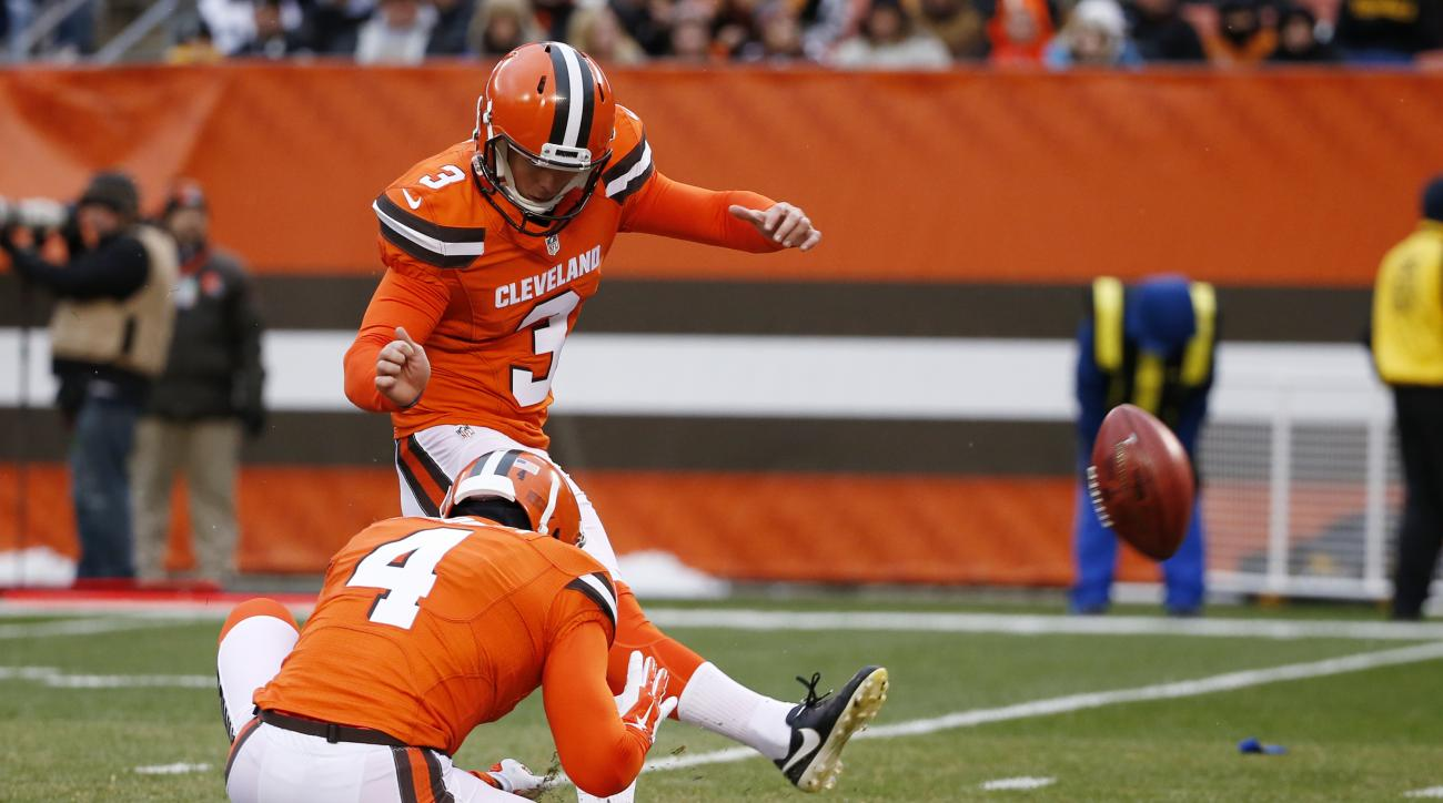 Cleveland Browns kicker Cody Parkey (3) kicks a field goal out of the hold by punter Britton Colquitt (4)during the second half of an NFL football game against the Pittsburgh Steelers in Cleveland, Sunday, Nov. 20, 2016. (AP Photo/Ron Schwane)