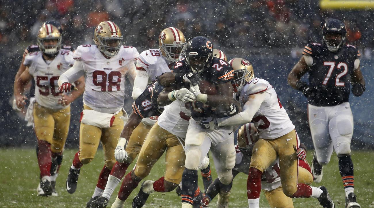Chicago Bears running back Jordan Howard (24) runs against San Francisco 49ers defenders during the second half of an NFL football game, Sunday, Dec. 4, 2016, in Chicago. (AP Photo/Nam Y. Huh)