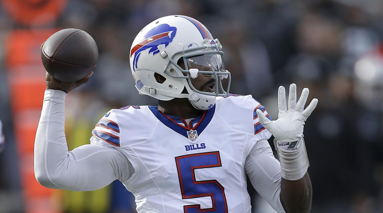Buffalo Bills quarterback Tyrod Taylor (5) passes against the Oakland Raiders during the first half of an NFL football game in Oakland, Calif., Sunday, Dec. 4, 2016. (AP Photo/Ben Margot)