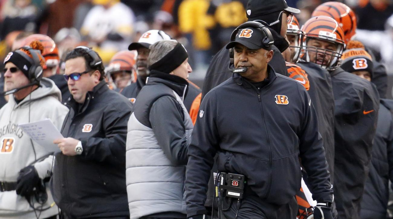 Cincinnati Bengals head coach Marvin Lewis works the sideline in the first half of an NFL football game against the Pittsburgh Steelers, Sunday, Dec. 18, 2016, in Cincinnati. (AP Photo/Frank Victores)