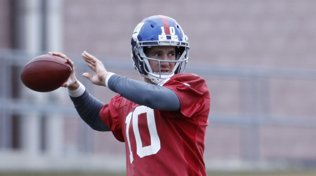 New York Giants quarterback Eli Manning works out during NFL football practice, Wednesday, Dec. 28, 2016, in East Rutherford, N.J. (AP Photo/Julio Cortez)