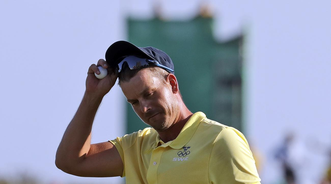Henrik Stenson of Sweden, tips his hat after he won the silver medal during the final round of the men's golf event at the 2016 Summer Olympics in Rio de Janeiro, Brazil, Sunday, Aug. 14, 2016. (AP Photo/Chris Carlson)