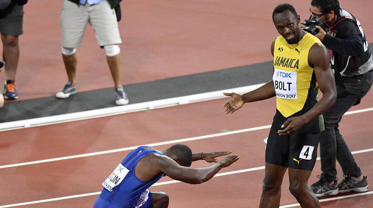 Justin Gatlin, ganador de la medalla de oro, se arrodilla frente a Usain Bolt, ganador del bronce, tras la final de los 100 metros en el Mundial de atletismo, en Londres, el sbado 5 de agosto de 2017. (AP Foto/Martin Meissner)