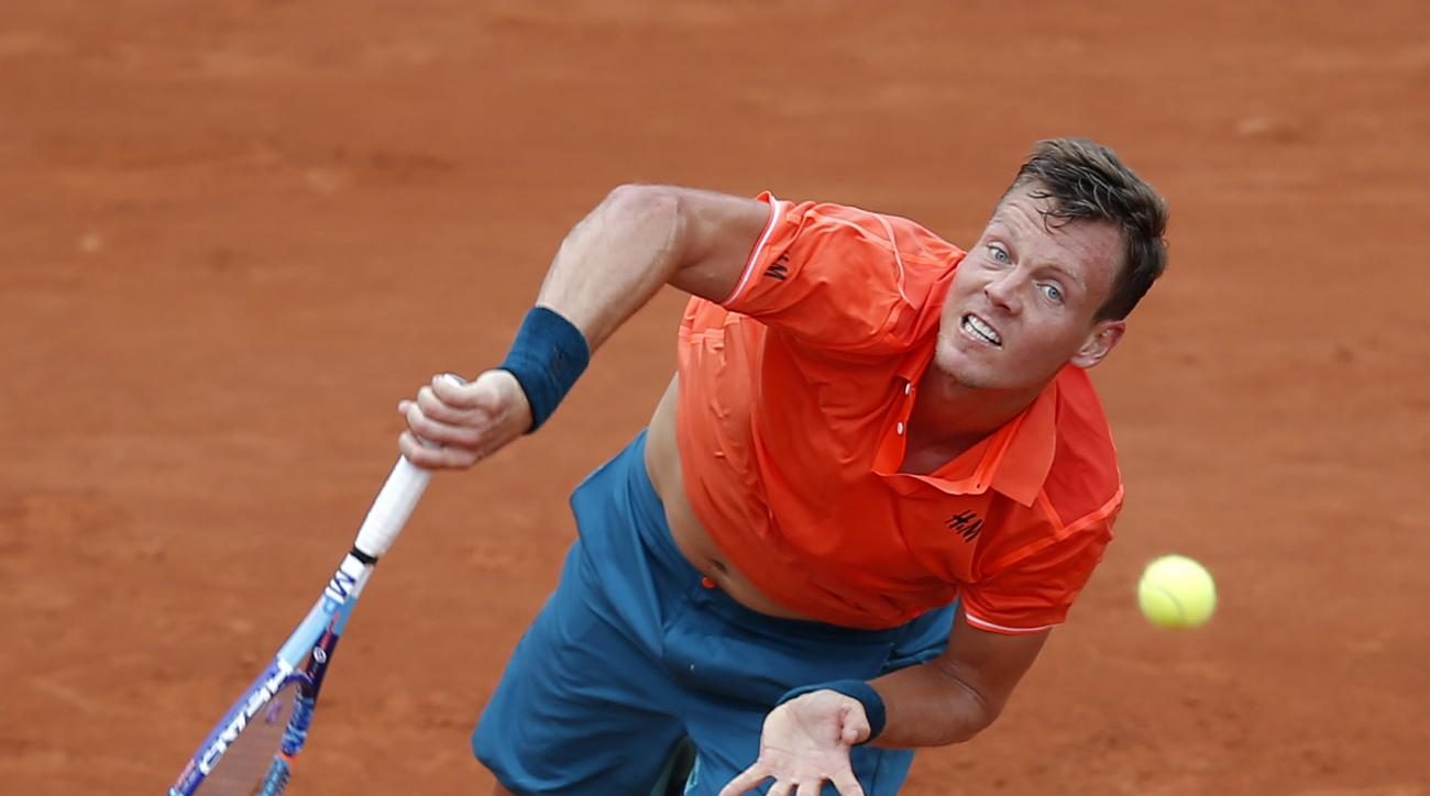 Czech Republic's Tomas Berdych serves the ball to Japan's Yoshihito Nishioka during their first round match of the French Open tennis tournament at the Roland Garros stadium, Monday, May 25, 2015 in Paris,  (AP Photo/Michel Euler)