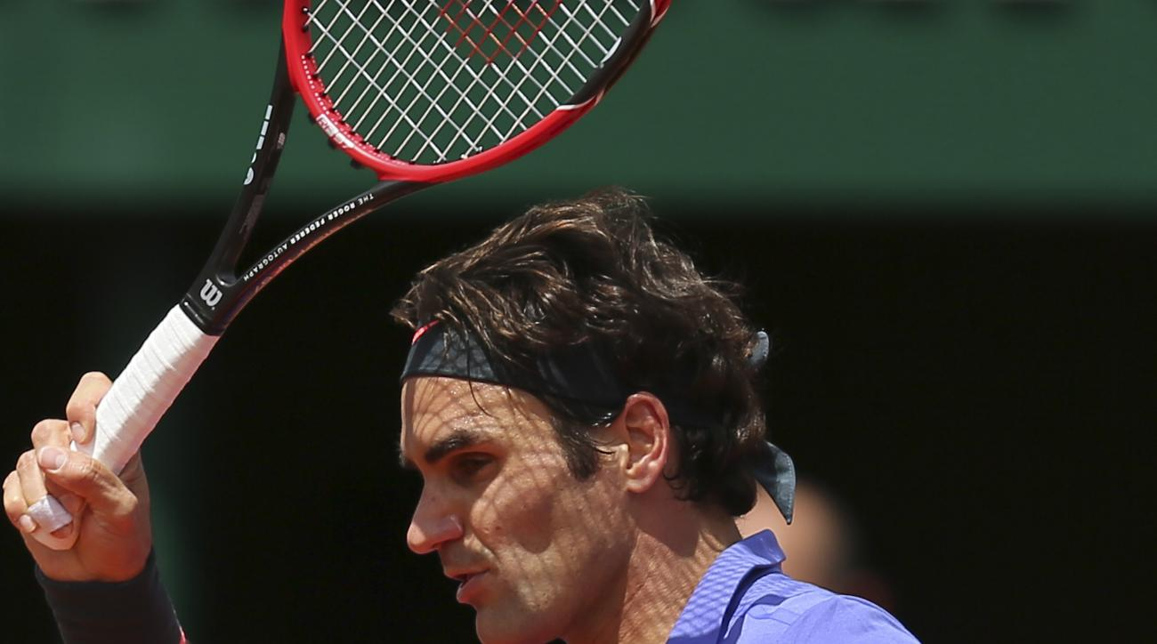 Switzerland's Roger Federer returns the ball to France's Gael Monfils during their fourth round match of the French Open tennis tournament at the Roland Garros stadium, Monday, June 1, 2015 in Paris. Federer won 6-3, 4-6, 6-4, 6-1. (AP Photo/David Vincent