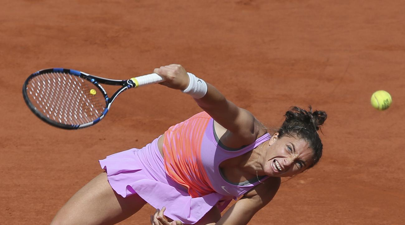 Italy's Sara Errani serves in the quarterfinal match of the French Open tennis tournament against Serena Williams of the U.S. at the Roland Garros stadium, in Paris, France, Wednesday, June 3, 2015. (AP Photo/David Vincent)