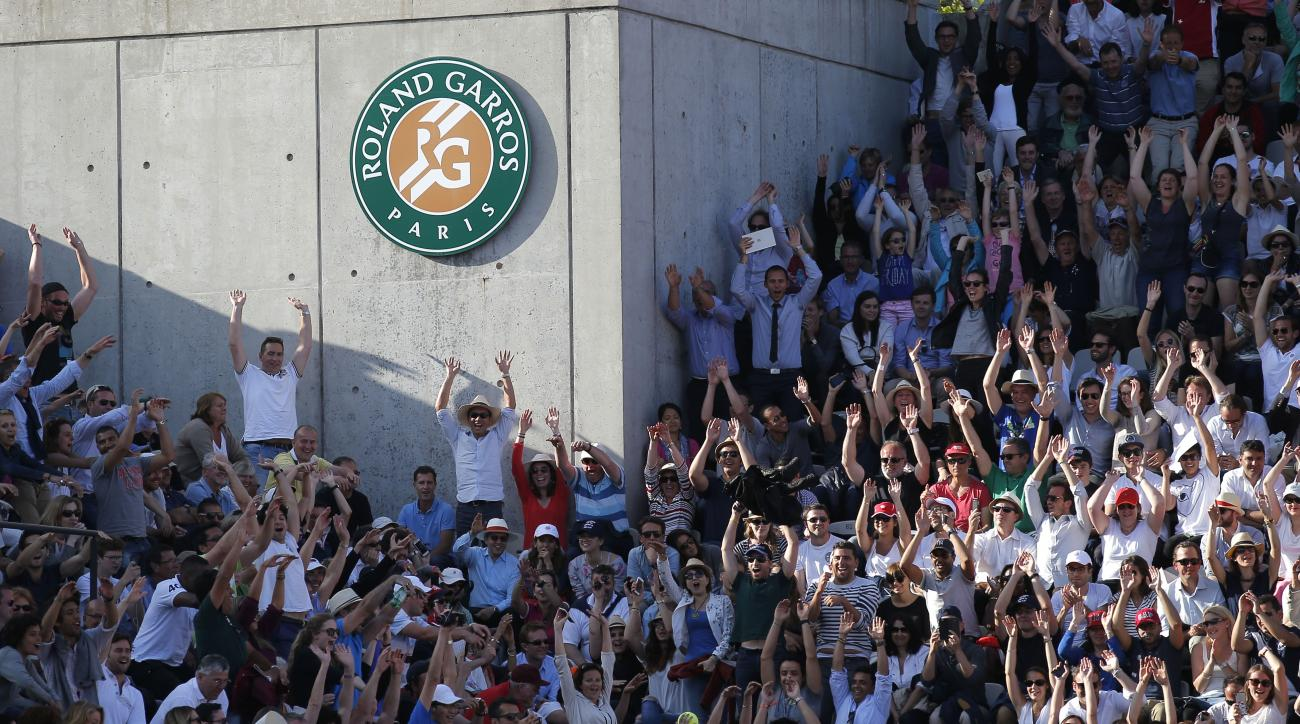 Spectators do the wave as Britain's Andy  plays Spain's David Ferrer during their quarterfinal match of the French Open tennis tournament, at the Roland Garros stadium, Wednesday, June 3, 2015 in Paris.  (AP Photo/Francois Mori)