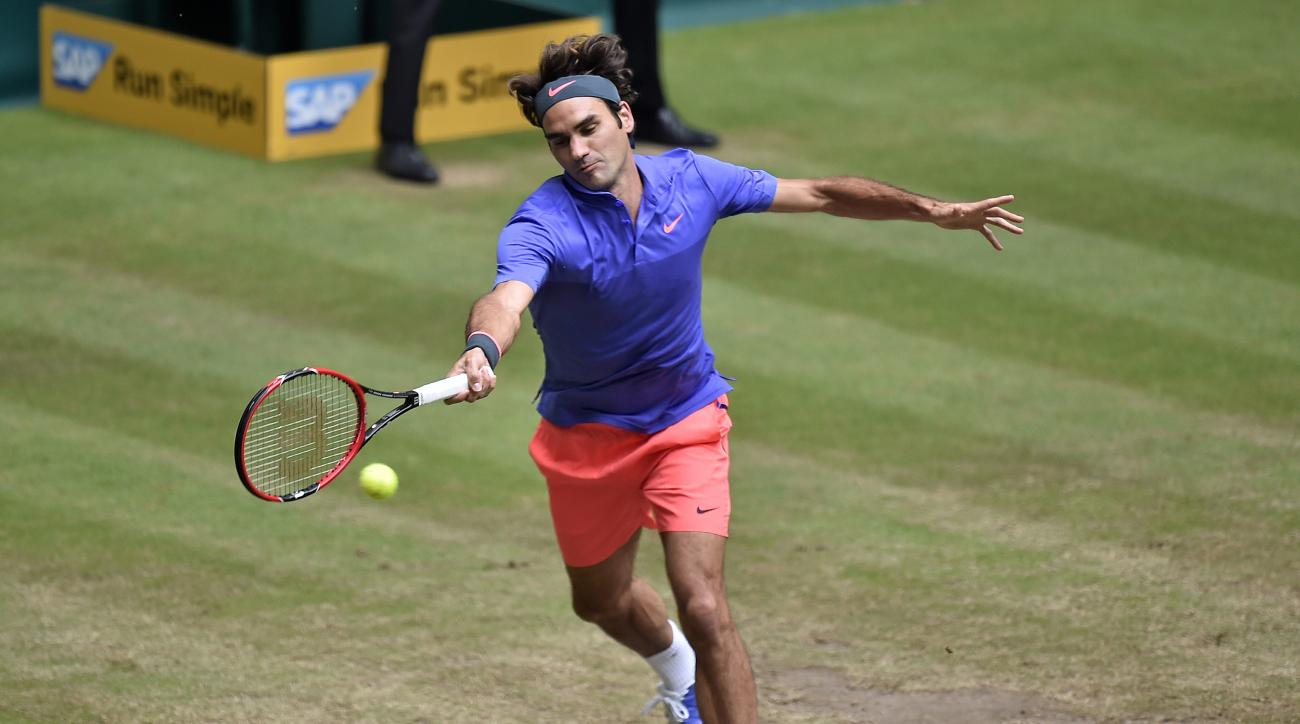 Roger Federer of Switzerland returns the ball to Andreas Seppi of Italy during their final match at the Gerry Weber Open ATP tennis tournament in Halle, Germany, Sunday, June 21, 2015. (AP Photo/Martin Meissner)