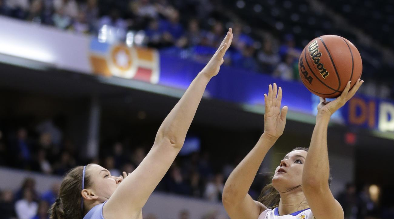 Thomas More's Nikki Kiernan, right, shoots over Tufts' Josie Lee during the first half of the championship game at the women's NCAA Division III basketball tournament in Indianapolis, Monday, April 4, 2016. (AP Photo/Michael Conroy)