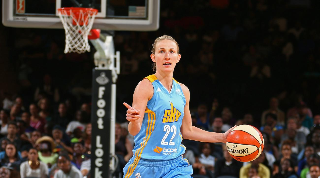 NEW YORK, NY - SEPTEMBER 3:  Courtney Vandersloot #22 of the Chicago Sky dribbles the ball up court and calls a play against the New York Liberty on September 3, 2015 at Madison Square Garden, New York City, New York. (Photo by Nathaniel S. Butler/NBAE vi