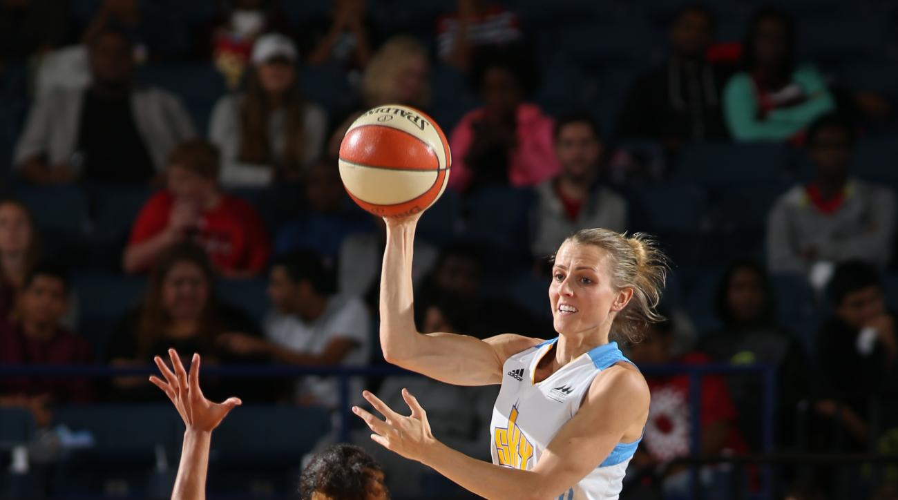 ROSEMONT, IL - SEPTEMBER 11:  Allie Quigley #14 of the Chicago Sky passes against Brianna Kiesel #1 of the Tulsa Shock on September 11, 2015 at the Allstate Arena in Rosemont, Illinois. (Photo by Gary Dineen/NBAE via Getty Images)
