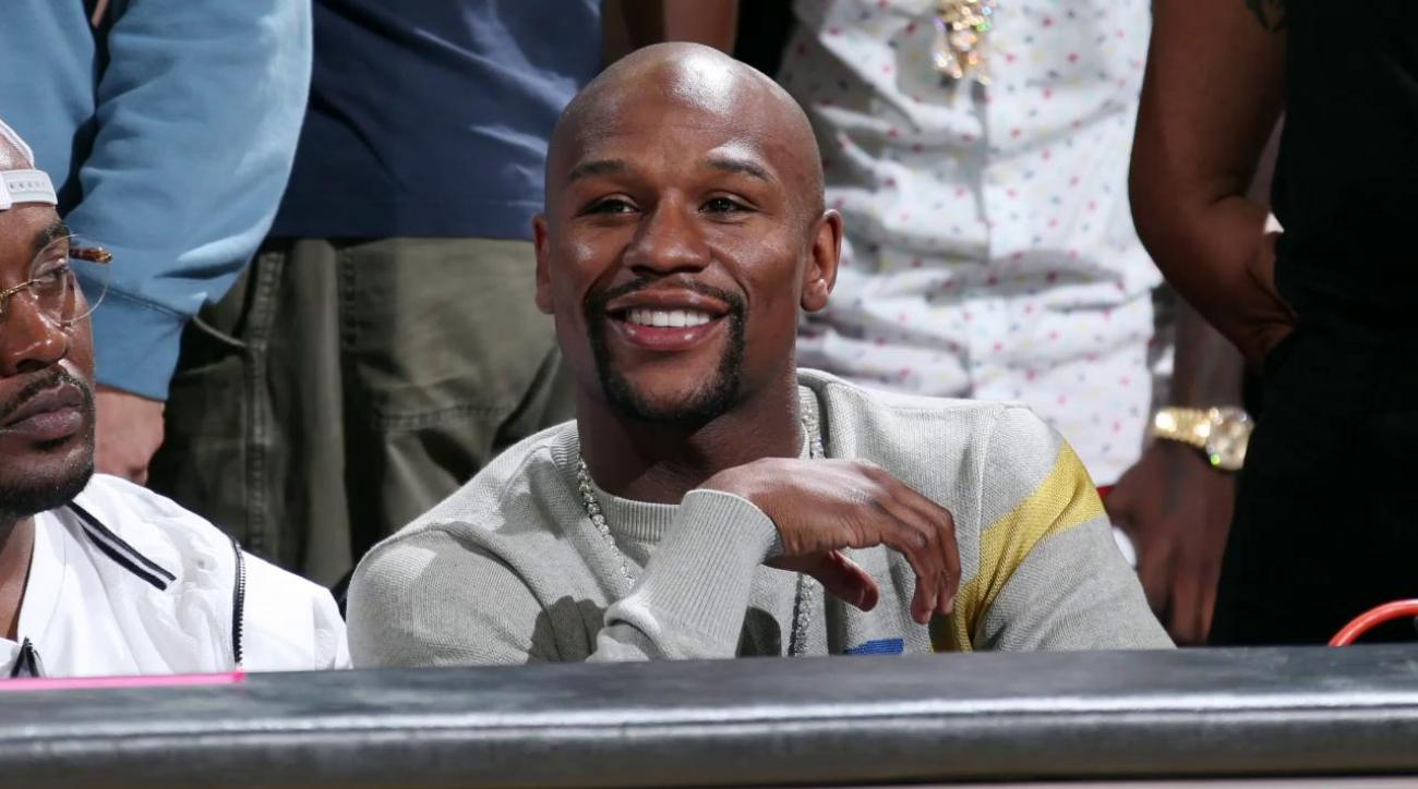 Watch: Floyd Mayweather gets booed at Warriors-Grizzlies game