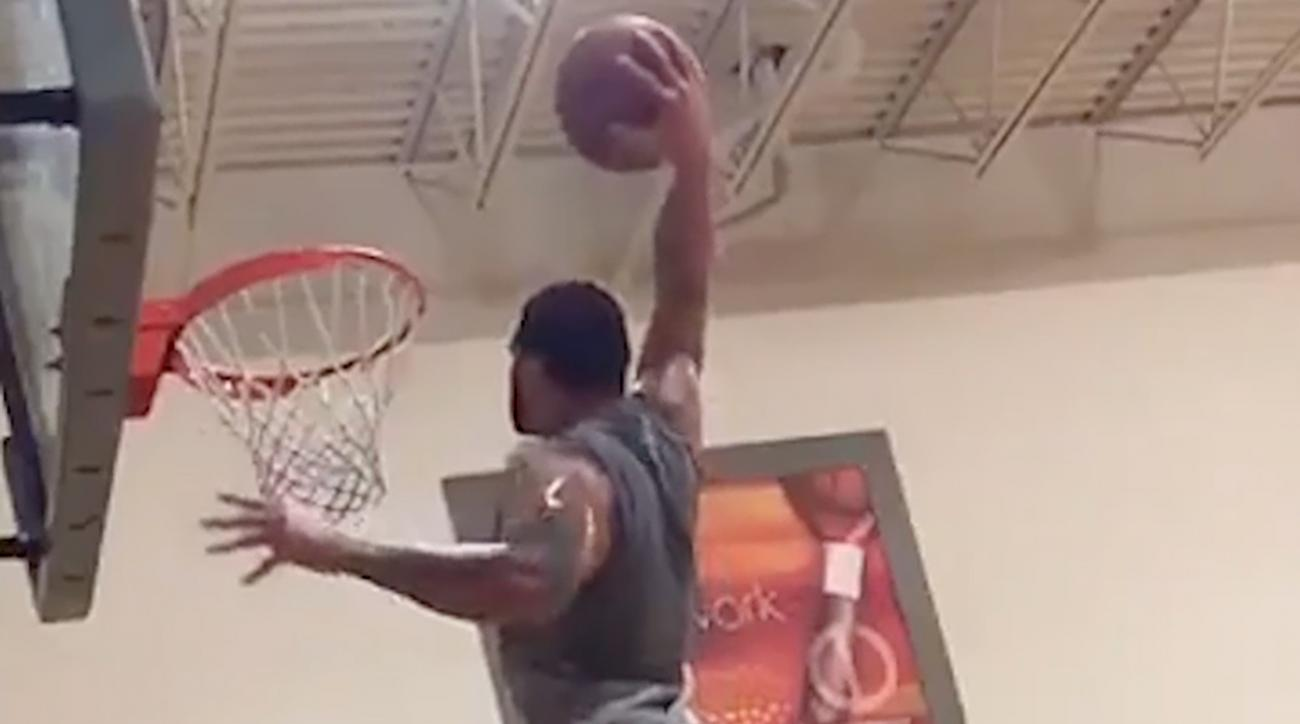 Watch Bucs WR Mike Evans show off his basketball skills (IMAGE)
