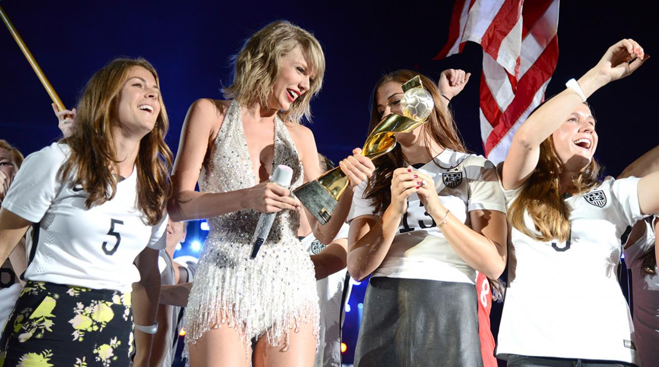Taylor Swift brings USWNT on stage during '1989' tour