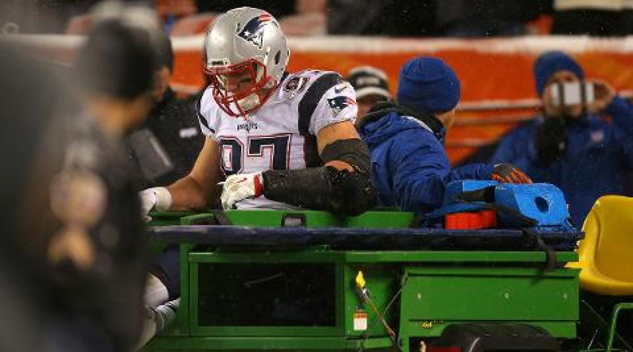 Patriots TE Rob Gronkowski injures knee, carted off field