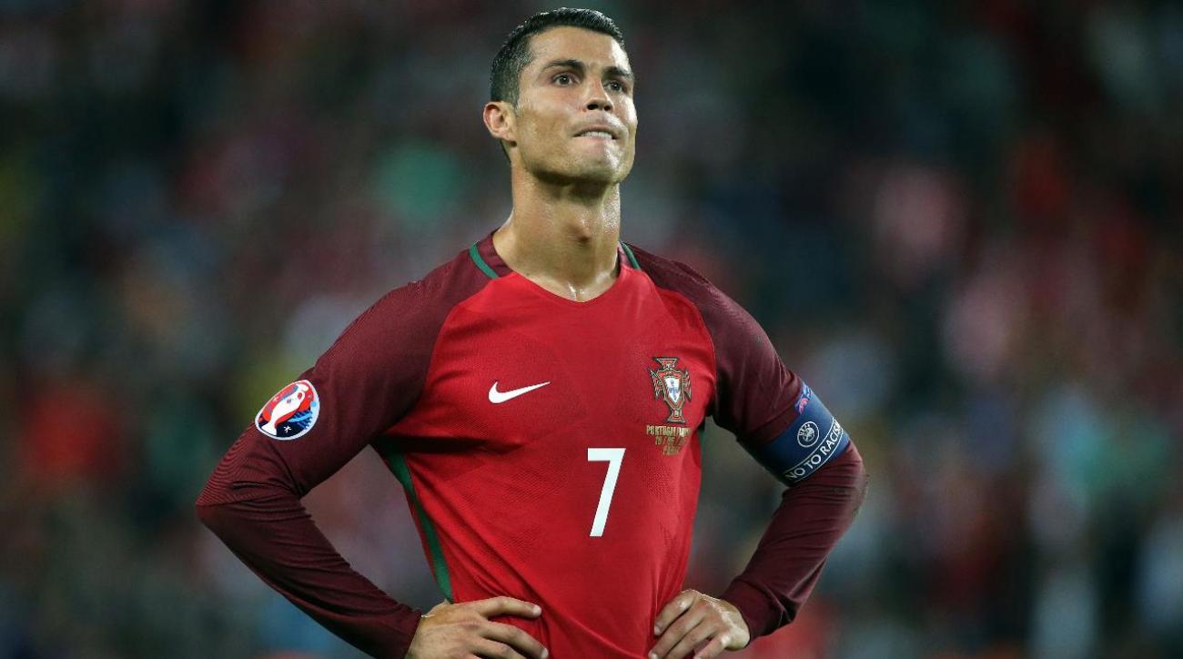 Cristiano Ronaldo throws reporter's microphone in lake