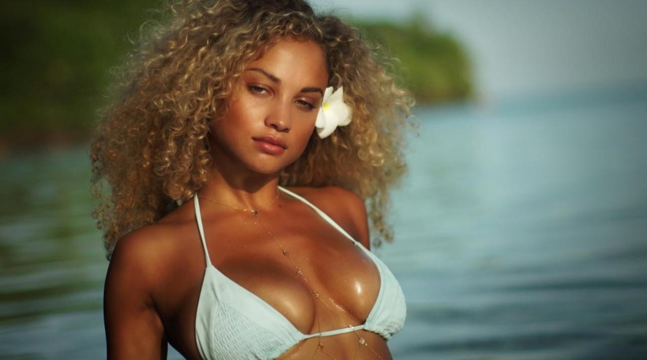 0b2a0a3f7b3 VIDEO - Model Rose Bertram s Sexy Tahiti Shoot