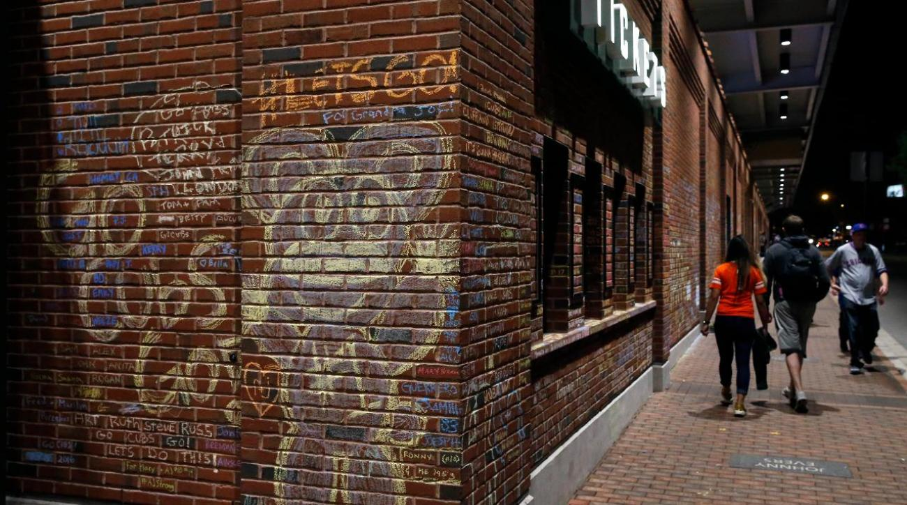 Fan messages will be removed from wall outside Wrigley Field
